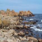 Klipporna vid Hovs hallar möter havet
